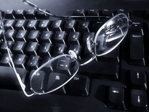 Autor_Zsuzsanna Kilian_glasses_on_keyboard