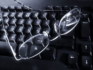 Autor_Zsuzsanna Kilian_glasses_on_keyboard